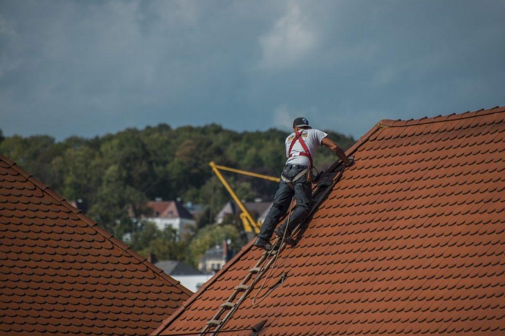 Rischio lavori in copertura, la guida Inail con le misure di prevenzione e protezione